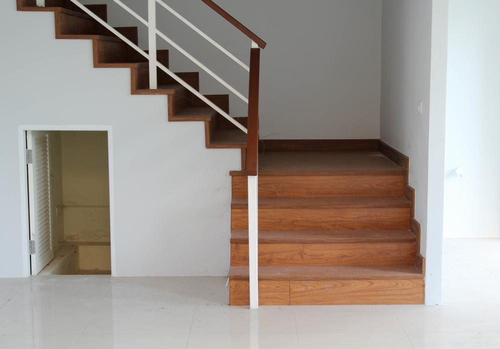 placard-avec-porte-sous-escalier