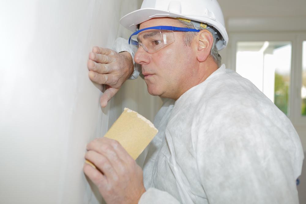 professionnel-qui-rebouche-les-trous-du-mur