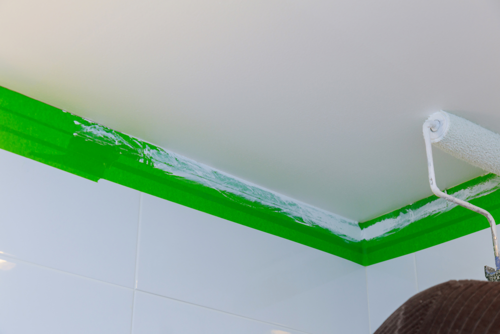 ruban-adhésif-peinture-plafond-salle-de-bains