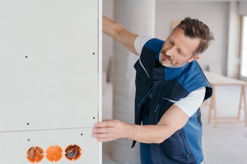 professionnel-installe-dressing-avec-plaques-de-placo