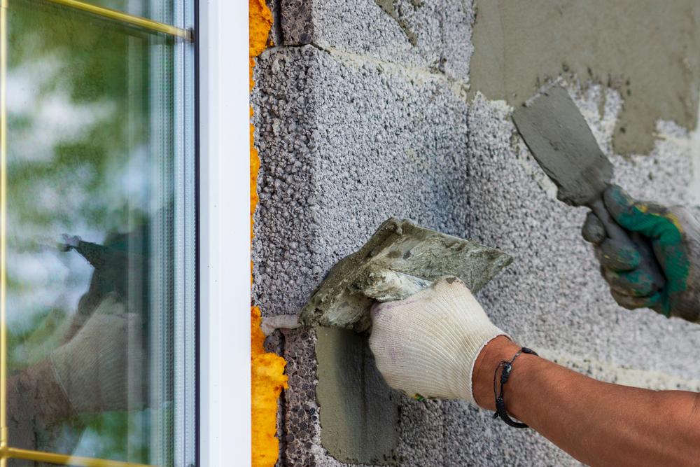 ouvriers-préparent-mur-parpaing