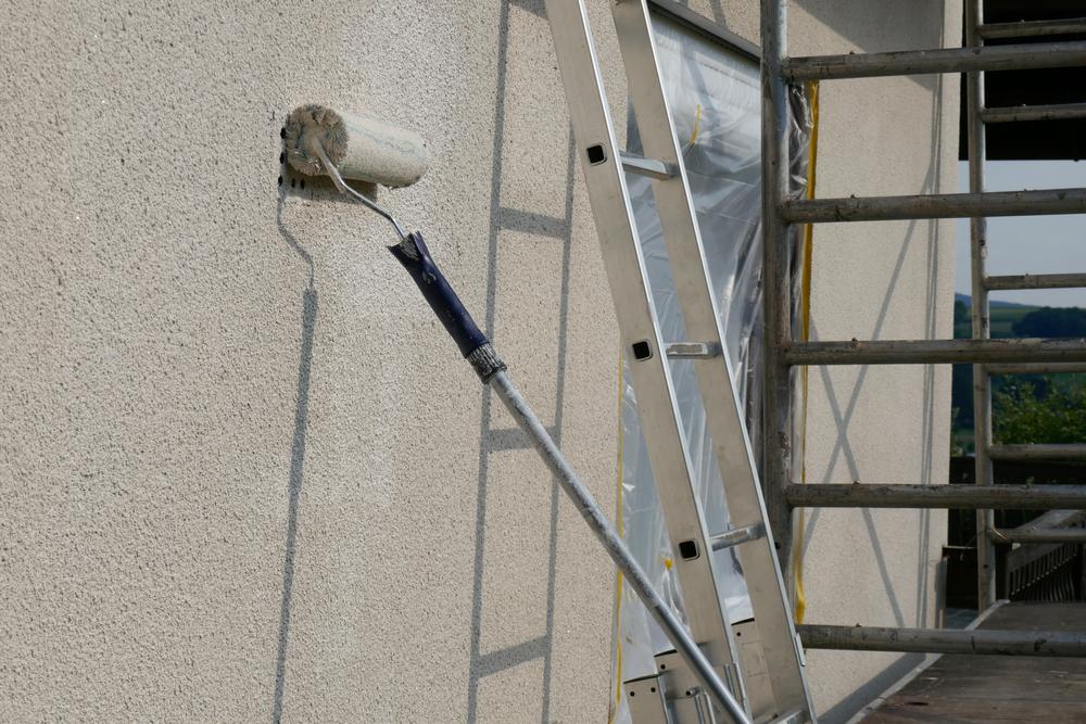 rouleau-peinture-façade-maison