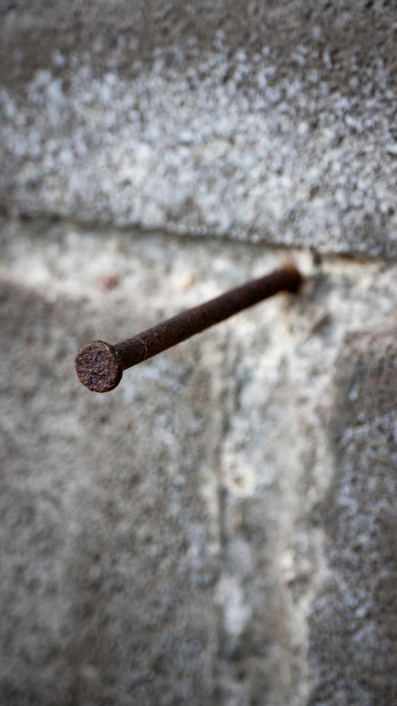clou-à-béton-rouillé-dans-mur-en-béton