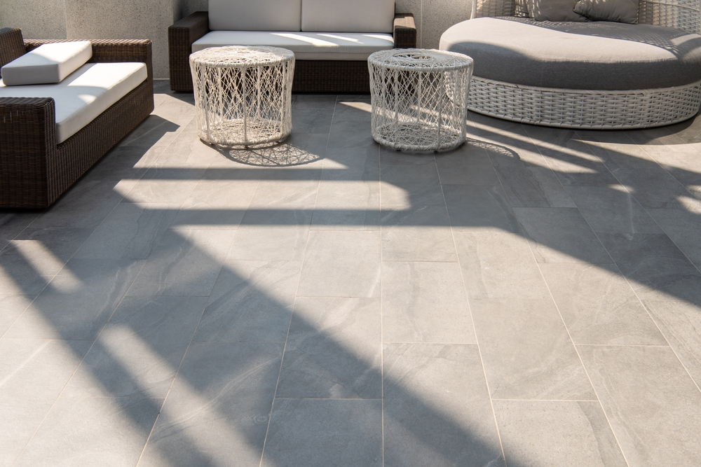 Carrelage gris clair avec salon de jardin