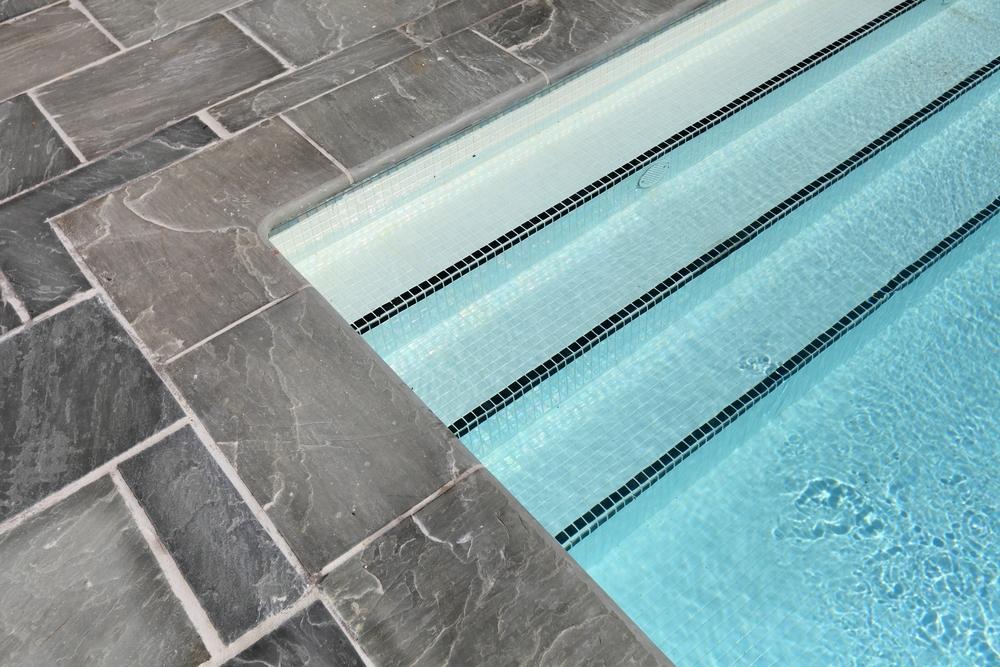 Carrelage gris foncé piscine