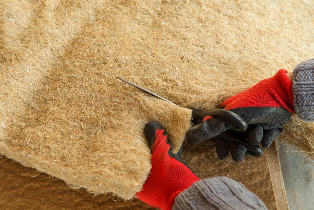 Découpe laine de chanvre au ciseau