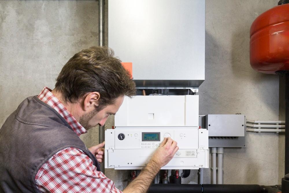 Plombier réparant chaudière condensation