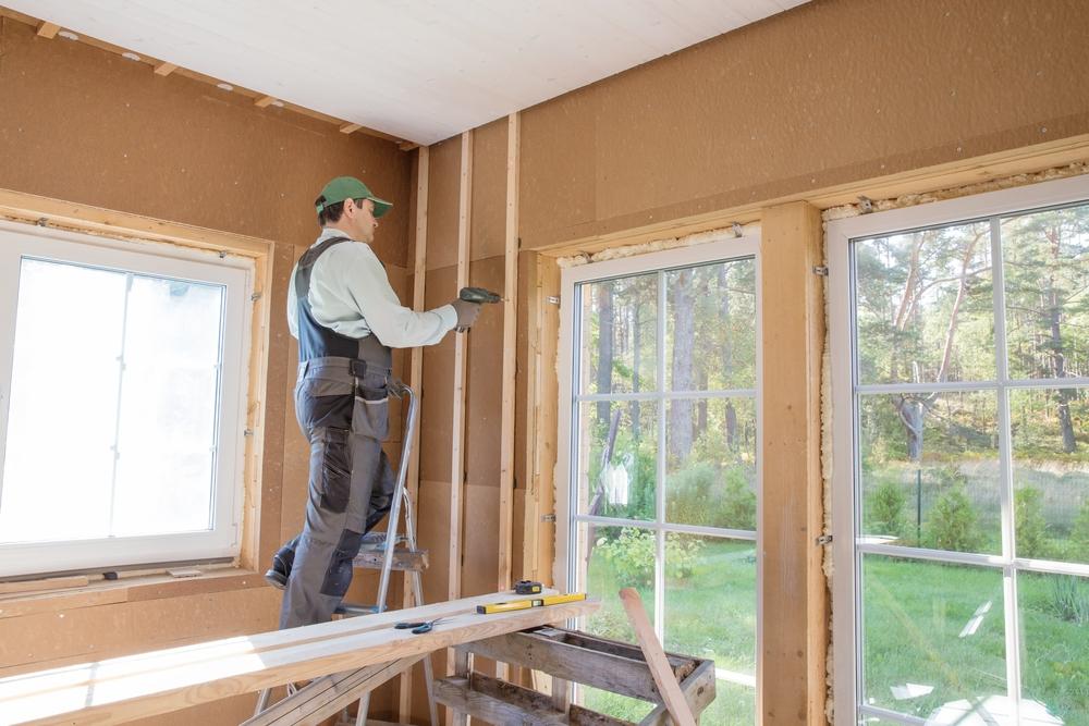Pose planches en fibre de bois sur un mur