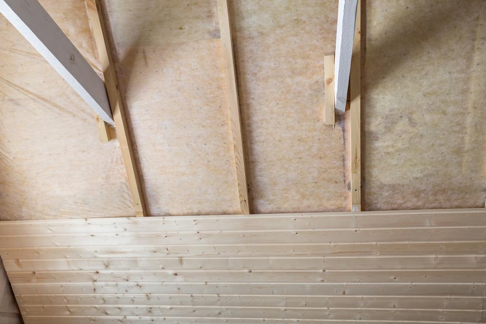 Pose planches en fibre de bois sur plafond