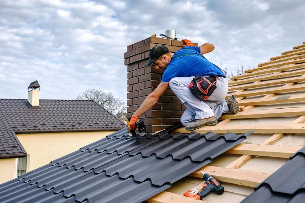Professionnel qui rénove une toiture
